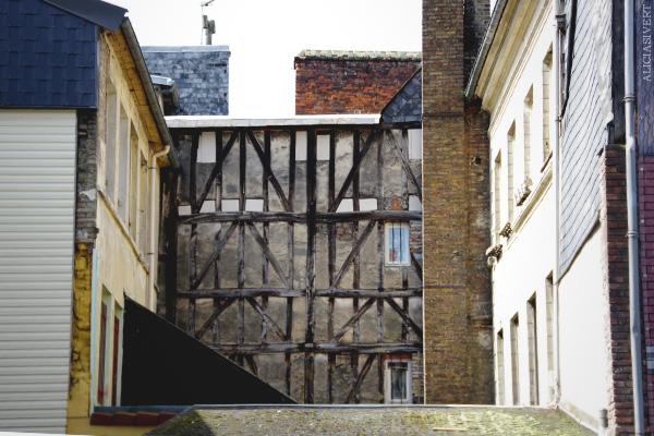 aliciasivert, alicia sivertsson, france, normandy, frankrike, normandie, elbeuf, house, hus, byggnad, building, fasad, fasade, wall, vägg