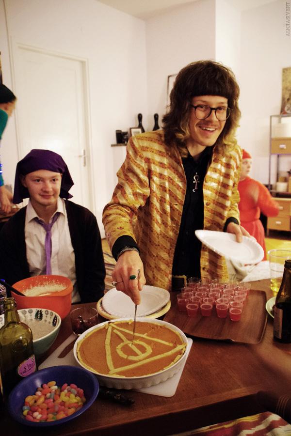 aliciasivert, alicia sivertsson, harry potter halloween party, fest, pie, deathly hallows, dödsrelikerna, paj, costume, maskerad, utklädd, utklädnad, professor quirrell, xenophilius lovegood, bertie bott's every flavour beans, butter beer jelly shots