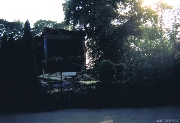 aliciasivert, alicia sivertsson, analog photography, djurgården, djurgarden, sweden, house, building, light, leaves, wreck, wrecking, decay, rivningshus, rivningsprojekt, förfall, ljus, lövverk, löv, hus, byggnad, analog, analogt fotografi, engångskamera