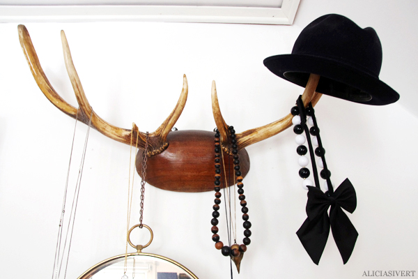 aliciasivert, Alicia Sivertsson, home, living, hem, hus, rum, room, sovrum, bedroom, interior, interiour, interiör, inredning, saker, prylar, grejer, bråte, things, bow tie, bowtie, rosett, fluga, halsband, necklace, hjorthorn, horn, deer antler