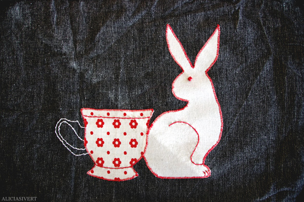 aliciasivert, alicia sivertsson, levande verkstad, textile, fabric, pyssel, konst, handarbete, hantverk, skapa, textil, applikation, tygapplikation, kanin, hubert, tekopp, alice i underlandet, alice in wonderland, cup, mug, tea, rabbit, bunny, tygapplikation, broderi, embroidery, stitch, needlework