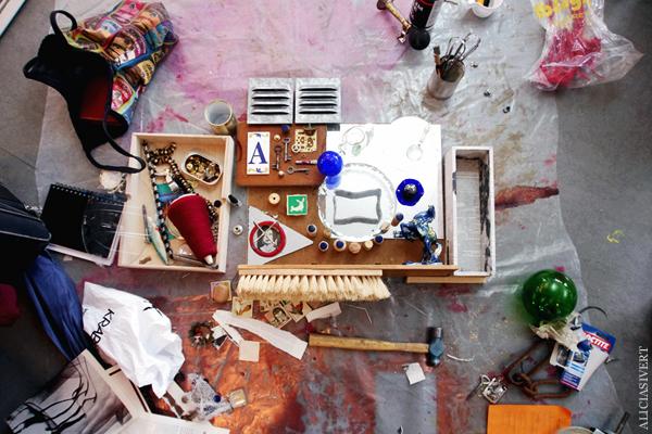 aliciasivert, alicia sivertsson, combine, collage, 3d-collage, remake, återbruk, skapande, skrot, handicraft, craft, art, konst, hammer, hammare, yarn, garn, häst, horse, glass, glas, metall, metal, wood, trä, kork, levande verkstad