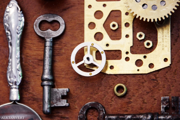 aliciasivert, alicia sivertsson, combine, collage, 3d-collage, remake, återbruk, skapande, skrot, handicraft, craft, art, konst, yarn, garn, häst, horse, glass, glas, ball, glaskula, metall, metal, wood, trä, kork, levande verkstad, A, förstoringsglas, magnifying glass, keys, nycklar, pencil, pensel, pen, thimble, fingerborg, kugghjul, cog wheel, mirror, spegel, film, negativ, fläkt, ventil, hjul, wheel, tuta, hur synd är det om människan?