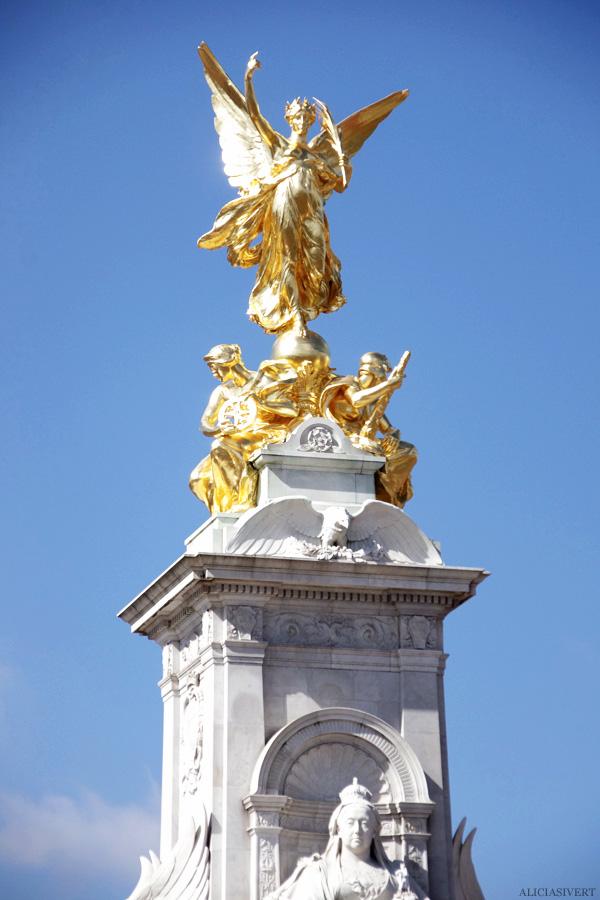 aliciasivert, alicia sivertsson, london, england, buckingham palace, statue, staty