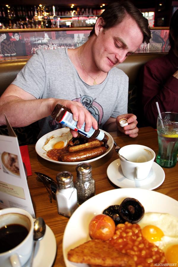 aliciasivert, alicia sivertsson, london, england, english breakfast, second breakfast, egg and beans, ägg, bönor, korv, hp sauce, hp-sås, lucas