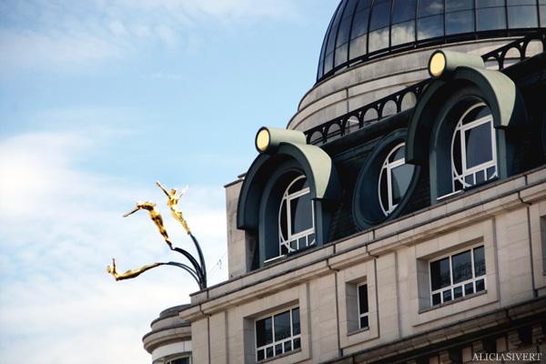 aliciasivert, alicia sivertsson, london med grabbarna, england, hus, statue, house, staty