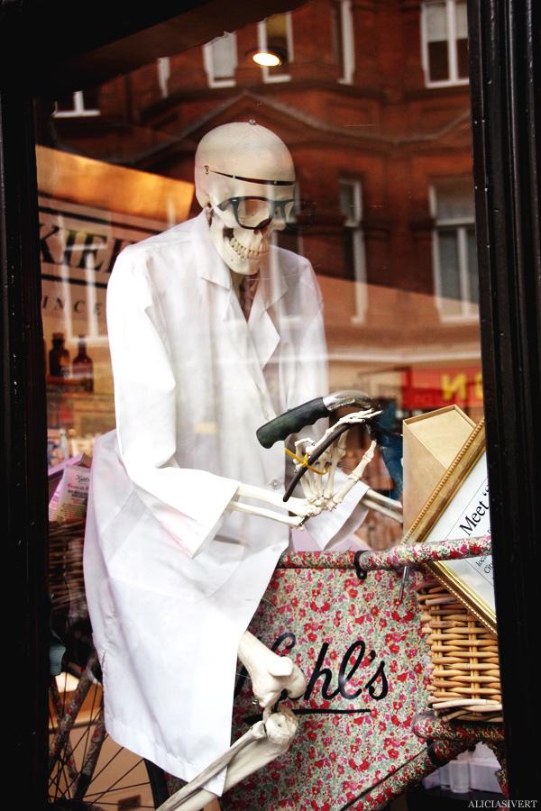 aliciasivert, alicia sivertsson, london med grabbarna, england, death, skull, skeleton, döden, skelett, dödskalle