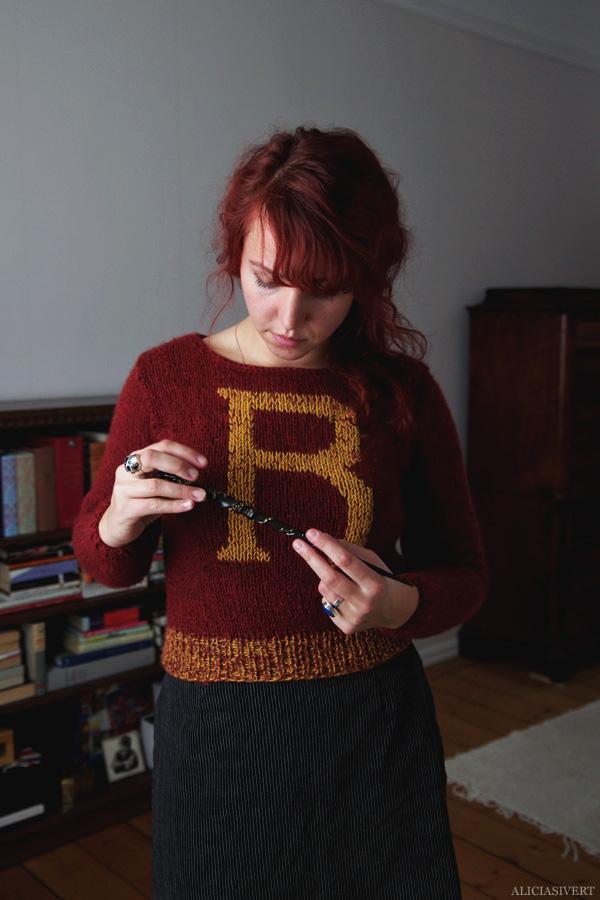 aliciasivert, alicia sivert, alicia sivertsson, knitting, knit, yarn, handicraft, craft, handcraft, red, maroon, weasley sweater, harry potter, weasleytröja, tröja, stickning, sticka, handarbete, hantverk, garn, stickor, redhead, red hair, skull ring, dödskallering, rödhårig, ginger, trollstav, wand, alster