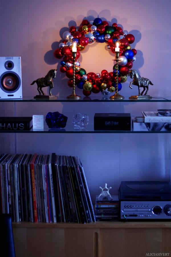 aliciasivert, alicia sivertsson, alicia sivert, julkulor, julkula, krans, julkrans, julgranskula, julgranskulor, kulkrans, diy, gör det själv, hemmabygge, skapa, limpistol, hobby, makeri, alster, jul, dekoration, christmas, x-mas, christmas ornament, wreath, garland, do it yourself, glue gun, home made, home, room, shelf, hem, rum, hylla, mässingsljusstakar, ljusstakar, lp