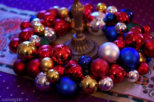 aliciasivert, alicia sivertsson, alicia sivert, julkulor, julkula, krans, julkrans, julgranskula, julgranskulor, kulkrans, diy, gör det själv, hemmabygge, skapa, limpistol, hobby, makeri, alster, jul, dekoration, christmas, x-mas, christmas ornament, wreath, garland, do it yourself, glue gun, home made, centerpiece, table, hem, rum, bord