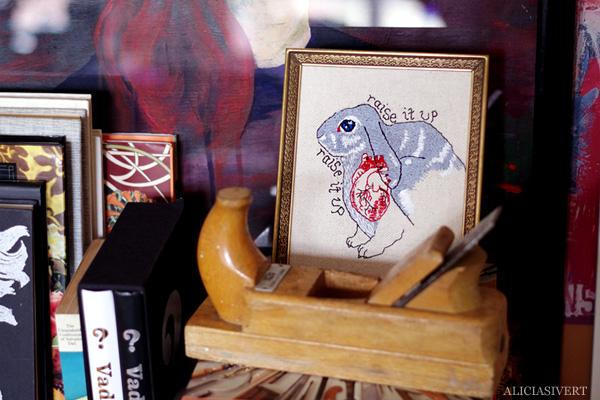 aliciasivert, alicia sivert, alicia sivertsson, rabbit, bunny, kanin, raise it up, rabbit heart, anatomical heart, florence and the machine, florence welch, embroidery, needlework, broderi, anatomiskt hjärta, kaninhjärta, skapa, alster och makeri, sömnad, hantverk, brodera, ram, frame