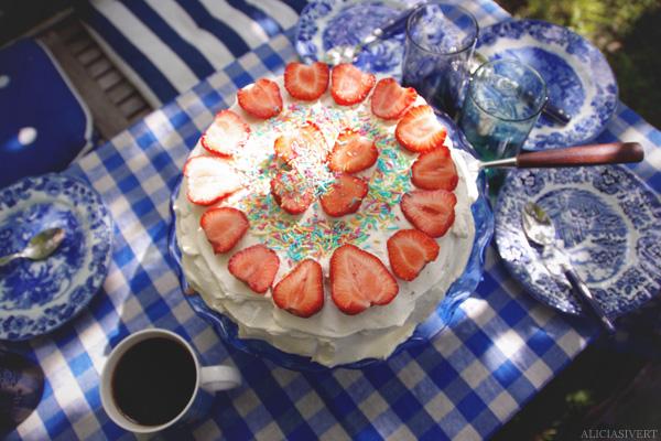 aliciasivert, alicia sivertsson, cake, strawberry, cream, fika, trekaffe, trefika, fika, kaffe, tårta, kaka, grädde, vispgrädde, jordgubbar, strössel, skolavslutningstårta