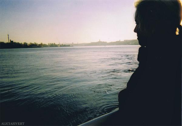 aliciasivert, alicia sivertsson, analog photography, djurgården, djurgarden, sweden, ljus, light, siluett, båt, boat, vatten, skärgård, morgon, morning, analog, analogt fotografi, engångskamera