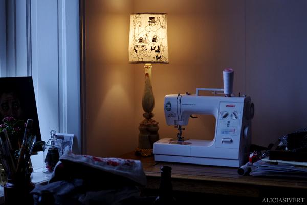 aliciasivert, alicia sivertsson, alicia sivert, moomin, mumin, mumintroll, mumintrollet, muminpappan, muminmamman, sniff, mymlan, snorkfröken, snorkmaiden, snusmumriken, hattifnattar, tove jansson, lampa, lamp, diy, loppis, klä om lampskärm, do it yourself, skapa, återbruk, upcycle, remake, textil, monthly makers, fanart, fan art, symaskin, sewing machine