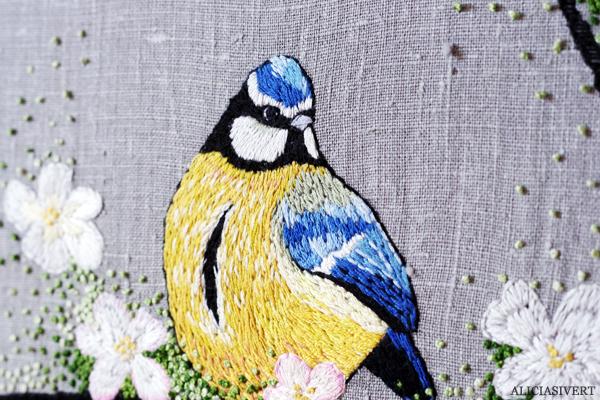 aliciasivert, alicia sivertsson, alicia sivert, blåmes, blue tit, borderi, embroidery, needlework, hoopart, textile art, textilkonst, konst, textil, bird, fågel, äppleblom, äppelblom, natur, nature, garden, trädgård, sybåge, brodera, skapa, alster, makeri, kreativtet