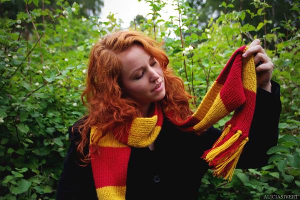 aliciasivert, Alicia Sivertsson, Harry Potter, Hogwarts, Gryffindor, scarf, knit, knitting, red, yellow, stripes, fringe, shawl, redhead, red hair, girl, woman, fan art, handicraft, handcraft, pyssel, hantverk, elevhem, halsduk, harry potterhalsduk, gryffindorhalsduk, röd, gul, randig, frans, sticka, stickning, stickad, monthly makers maj magi magic