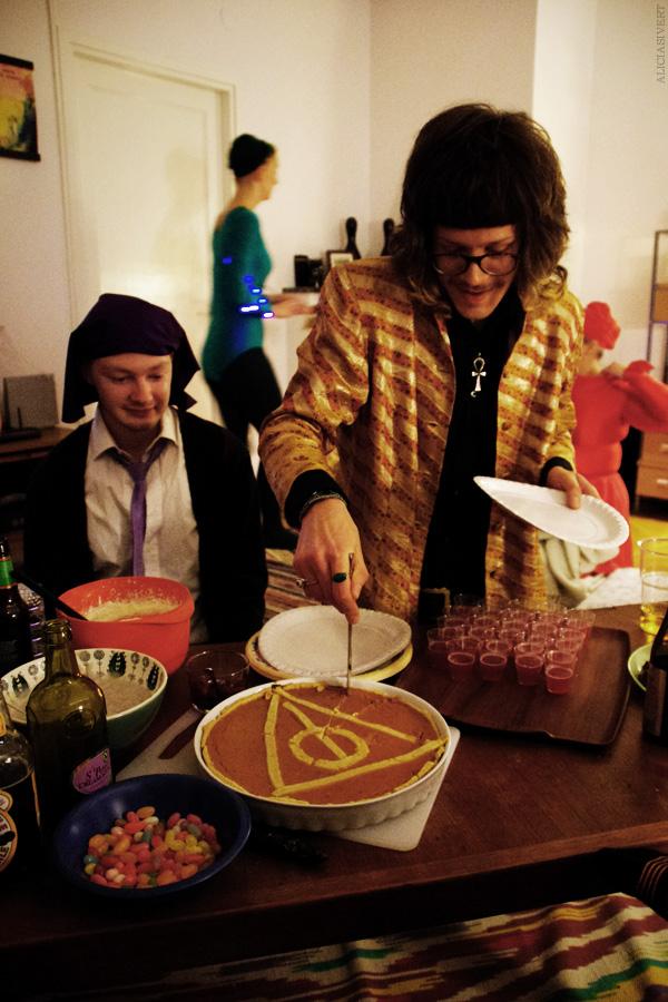 aliciasivert, alicia sivertsson, harry potter halloween party, fest, deathly hallows pie, dödsrelikerna, paj, avada kedavra, xenophilius lovegood, quirrell, costume, maskerad, utklädd, utklädnad, monthly makers maj magi magic