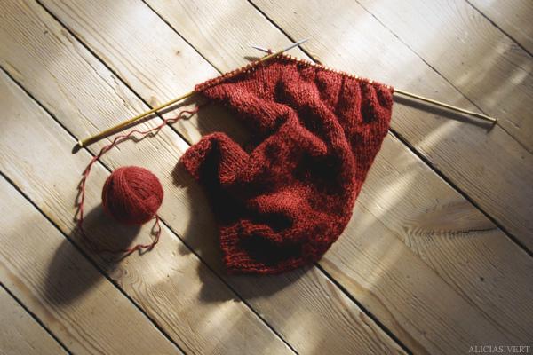 aliciasivert, alicia sivertsson, knitting, knit, yarn, handicraft, craft, handcraft, red, maroon, weasley sweater, harry potter, weasleytröja, tröja, framstycke, stickning, sticka, handarbete, hantverk, garn, stickor, skapa, skapande, kreativitet, utmaning, oktober, garn, monthly makers
