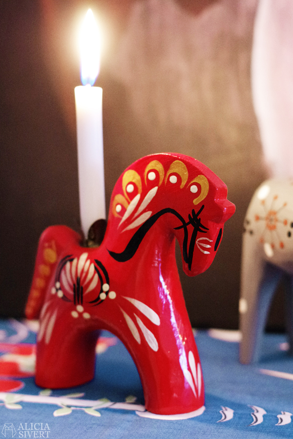 Thrifted Dala horse candle holders from Gudmunds Slöjd. Home and photo by Alicia Sivertsson. daleclarian horse, swedish dala horse, ljusstake, hästljusstake, häst, dalahäst, staffanshäst, staffanshästar, staffansstake, swedish, sweden, sverige, loppis, jul, julsak, julprydnad, julprydnader, julsaker, hästar, begagnat, second hand, thrifted, christmas, xmas, decoration, decorations