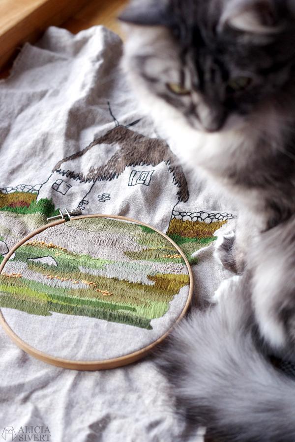 """Lambgiftet"" WIP embroidery by Alicia Sivertsson, 2015-2016. broderi, needlework, hoopart, textile art, textilkonst, konst, textil, tyg, sy, gotland, lambgift, stenvast, stenmur, hur, byggnad, building, halmtak, skapa, skapande, kreativitet, creativity, create"