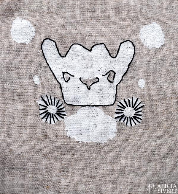Textile Rorschach tests by Alicia Sivertsson, 2016. monthly makers januari avtryck textiltryck symmetri symmetriskt textilt tryck linne rorschachtest broderi broderat brodera skapa skapande kreativitet creativity create bloggutmaning konst textilkonst hantverk handicraft craft deer orchid abstract pug mops hjort abstrakt orkidé