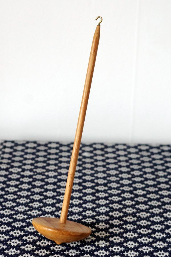 Loppisfynd, foto av Alicia Sivertsson, 2016, loppis, second hand, thrift, thrifting, drop spindle, slända, tavla, målning, karin andreasson, sybåge, broderigarn, yarn, floss, embroidery, painting, hoop, byxgalge, byxgalgar i trä, matta, rug