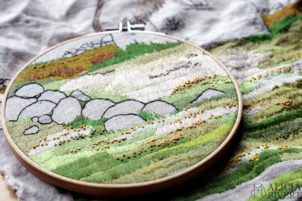 """Lambgiftet"" embroidery by Alicia Sivertsson, 2015-2016. broderi, needlework, hoop art, textile art, textilkonst, konst, textil, tyg, sy, gotland, lambgift, stenvast, stenmur, hur, byggnad, building, halmtak, skapa, skapande, kreativitet, creativity, create, lambigften, sömnad, gotland, gotländskt, faludden"