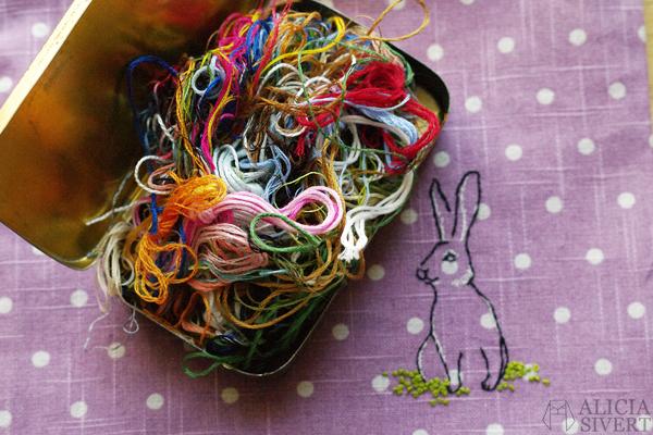 aliciasivert alicia sivert sivertsson kanin hare rabbit bunny broderi nål tråd brodera embroidery needlework hoop art textile art textilkonst skapa skapande kreativtet sy create sew diy do it yourself saksamlarpåse pouch bag franska knutar