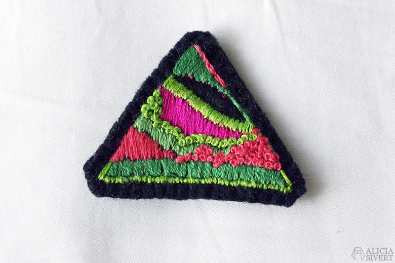 aliciasivert broderi embroidery triangel brosch monthly makers geometri plattsöm franska knutar klyvsöm brodera skapa textilkonst textil konst skapande kreativitet textile art create make triangle geometri