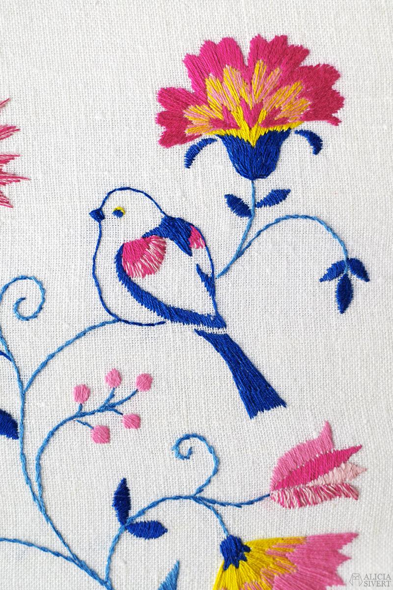 """""""Stjärtmesar i Blekingesöm"""", long tailed tits embroidery by Alicia Sivertsson - aliciasivert.se. aliciasivert fritt broderi handbroderi blekingesöm stjärtmes stjärtmesar fåglar rosa gult blått vårfärg frihandbroderi free hand embroidery needlework hoop art textile textilkonst skapa skapande kreativitet sy brodera måla med tråd fågel fåglar long tailed tits tit tistel blomma blommor blekinge söm landskapssöm landskapssömmar bygdebroderi plattsöm schattérsöm bottensöm stjälkstygn stygn söm handarbetets vänners skola vänner"""