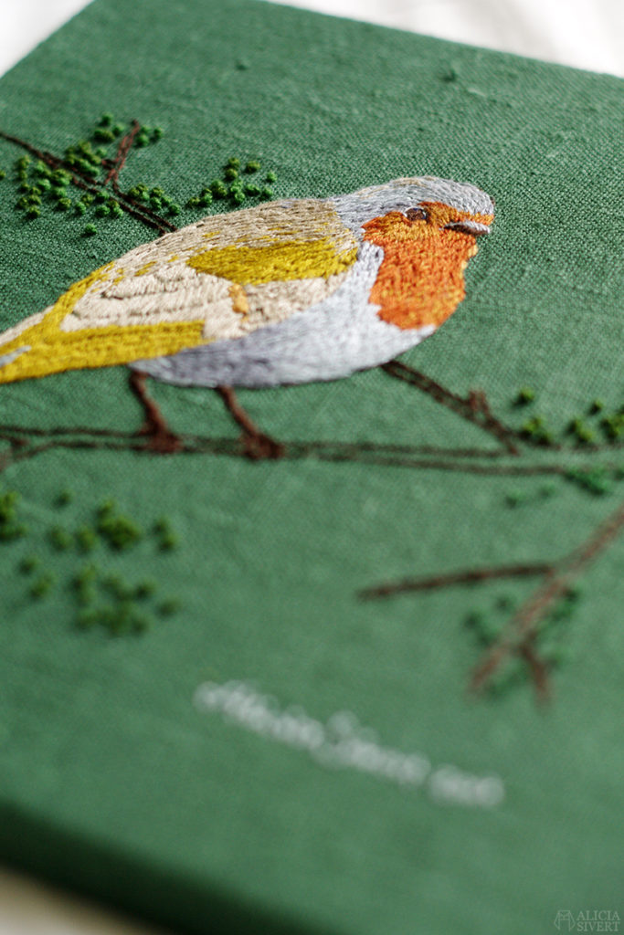 aliciasivert alicia sivert sivertsson broderi embroidery needlework hoop frihandsbroderi fritt free hand textilkonst textil konst textile art schattérsöm söm stygn franska knutar french knots long and short stitches silk shading fågel bird rödhake robin redbreast fåglar birds embroidered broderad kvist gren branch skapa skapande kreativitet create creativity diy do it yourself gör det själv tavla kilram monthly makers tyg linne bomull moulinégarn mouliné garn yarn floss thread tråd