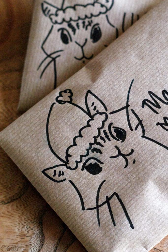 aliciasivert alicia sivert sivertsson skapa skapande kreativitet hantverk handgjort rita teckna teckning illustration katt paket katten vifslan tomteluva mössa jul
