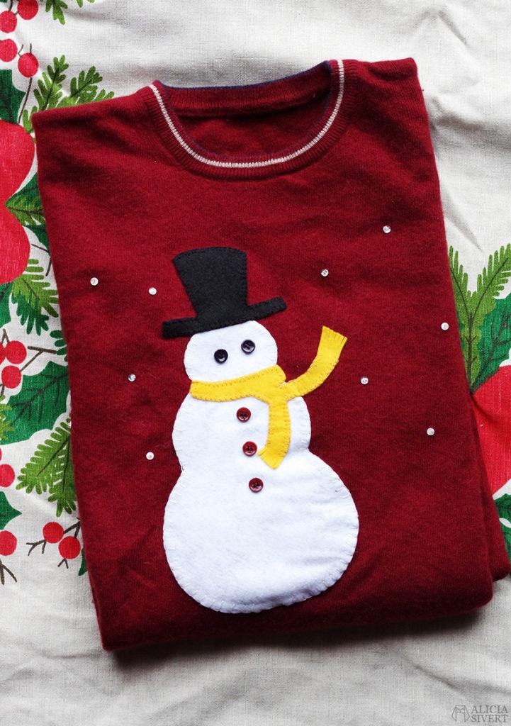 Monthly Makers adventskalender 2015, diy, do it yourself, skapa, skapande, kreativitet, creativity, create, jul, christmas, xmas, julkalender, lucka, lucköppning, aliciasivert, alicia sivert, alicia sivertsson, ugly christmas sweater, fulsöt, ful jultröja, jul, tröja, snögubbe, applikation, broderi, knappar, återbruk, halsduk, hatt, snöflingor
