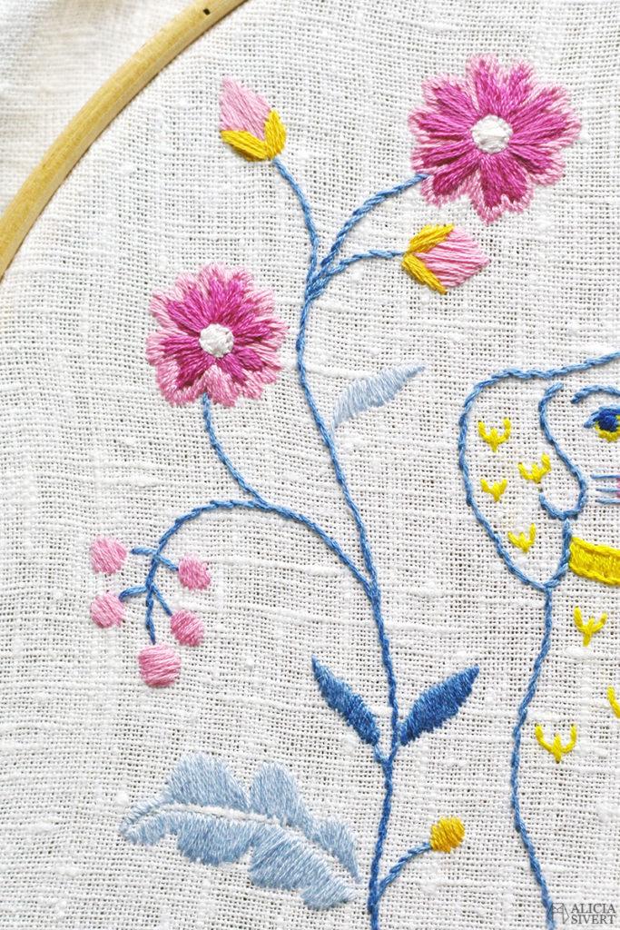 alicia sivertsson sivert aliciasivert fritt broderi handbroderi blekingesöm rosa gult blått vårfärg frihandbroderi free hand embroidery needlework hoop art textile textilkonst skapa skapande kreativitet sy brodera måla med tråd tistel blomma blommor blekinge söm landskapssöm landskapssömmar bygdebroderi plattsöm schattérsöm bottensöm stjälkstygn stygn söm porslinshund porslin hund parhundar spaniel beswick staffordshire beswickhund dog dogs figurin figurine