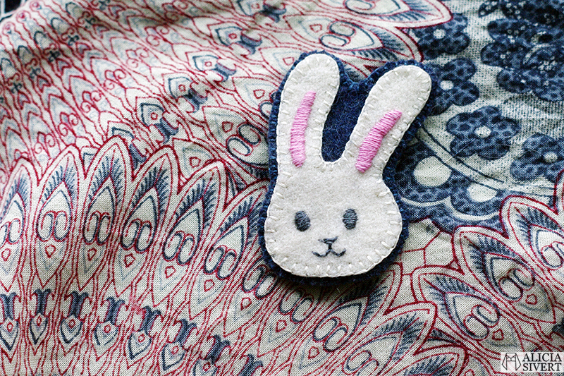 aliciasivert alicia sivert sivertsson broderi embroidery brosch brooch emoji bunny face rabbit kanin kaninemoji kaninansikte påsk easter påskpynt påskpyssel diy do it yourself gör det själv skapa skapande kreativitet outfit påskoutfit klädsel smycke accessoar handgjord handgjort handarbete