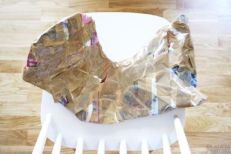 Lustigt format paket som innehåller ett renhorn ligger på en vit pinnstol. /// aliciasivert.se aliciasivert alicia sivert sivertsson loppis loppisfynd fynd second hand begagnat horn