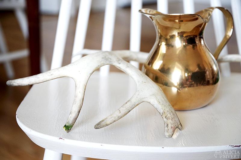 Loppisfyndad kanna i mässing och ett vitt renhorn står på en vit pinnstol. /// aliciasivert.se aliciasivert alicia sivert sivertsson loppis loppisfynd fynd second hand begagnat horn karaff
