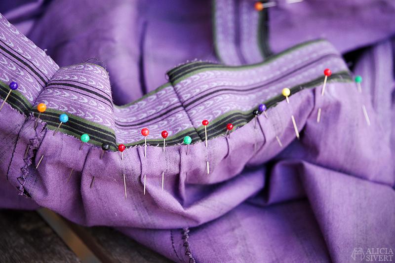 aliciasivert.se sy egna kläder en klänning sömnad sytt klädsömnad diy skapa skapande lila tyg loppisfynd begagnat begagnade tyger återbruk sybingo