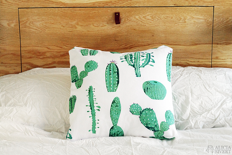 aliciasivert alicia sivert sivertsson sy sömnad sytt skapa skapande diy do it yourself kudde kuddar pillow cushion sew sewing sypeppen kaktus kaktusar tyg återbruk stuv stuvbit återbruksmaterial kaktusmönster mönster mönstrat hem inredning heminredning sovrum home interior interiour