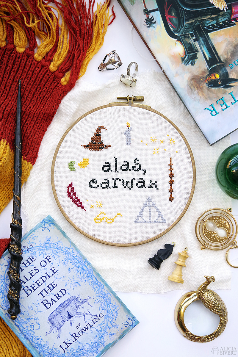 aliciasivert.se aliciasivert alicia sivert sivertsson korsstygn korsstygnsmönster korsstygnsbroderi mönster gratis free cross stitch embroidery pattern patterns harry potter dumbledore citat quote alas earwax bertie bott's every flavour beans bönor i alla smaker öronvax skapa skapande tutorial beskrivning gör det själv diy fan art elder wand fläderstaven dödsrelikerna the deathly hallows glasögon fjäder fågel fenix fawkes feather phoenix the sorting hat sorteringshatten svävande ljus glasses candle