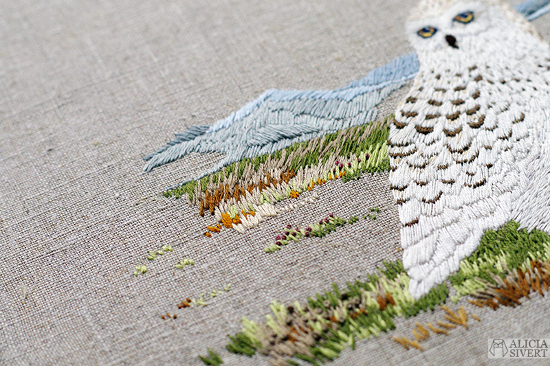 """""""Fjälluggla bland ljung"""", broderi av Alicia Sivertsson - aliciasivert.se. alicia sivert uggla brodera textil textilkonst återbruk linne linnetyg fågel fåglar konstverk hantverk handsydd handsytt handbroderi skapa skapande beställa beställning broderad tavla ljung fjäll fjällen fjällandskap sy sömnad ugglor"""