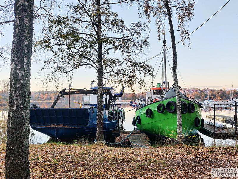 M/S Idöborg och Kurt. Promenad i Gustavsbergs hamn, vid skymningen en gyllene höstafton i oktober. Foto av Alicia Sivertsson - aliciasivert.se