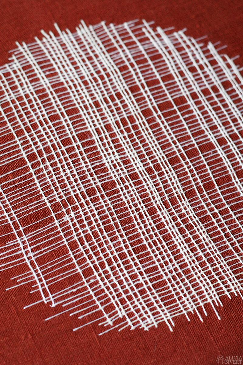 Asymmetrisk bottensöm, broderi av Alicia Sivertsson - aliciasivert.se oregelbunden asymmetrisk bottensöm broderi aliciasivert cirkel rutnät väv ring tavla