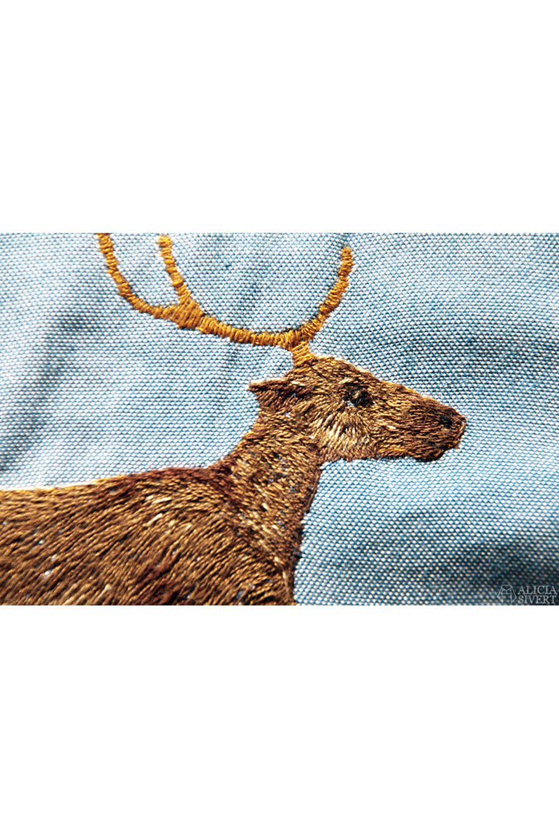 Ren broderad på skjorta av Alicia Sivertsson - aliciasivert.se. // Reindeer embroidery on shirt, by Alicia Sivertsson. aliciasivert alicia sivert fritt broderi brodera skapa skapande kreativitet konst textilhantverk hantverk handgjort textilkonst textil konst brodera på skjorta kläder tröja sy sömnad franska knutar schattérsöm french knots free hand embroidery needlework on shirt textile art handicraft craft reindeer ren