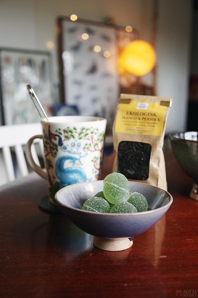 November. Fazers gröna marmeladkulor och te med mango och persika.