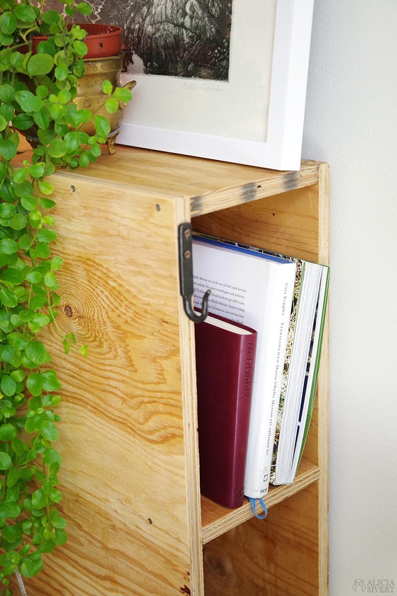 Det Stora Sänginlägget: Om när vi byggde vår egen säng av en en ritningshurts och sju plywoodskivor - www.aliciasivert.se // trä träskiva träskivor plywoodskivor bygga sängram sängstomme förvaring under huvudgavel bokhylla sängbord nattduksbord låda lådor bokhylla läder läderflärpar hem diy do it yourself snickrade snickra skapa skapande