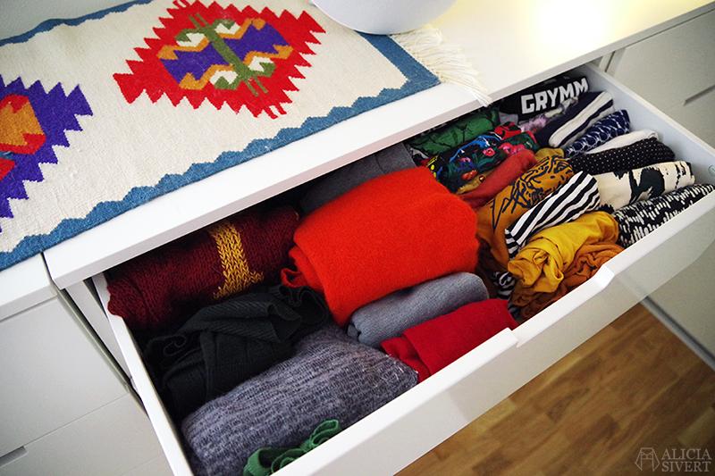 KonMari kläder: före rensning - www.aliciasivert.se // rensa ut hemma organisera laga kläder före efter inspiration marie kondo konmari-metoden metod metoden