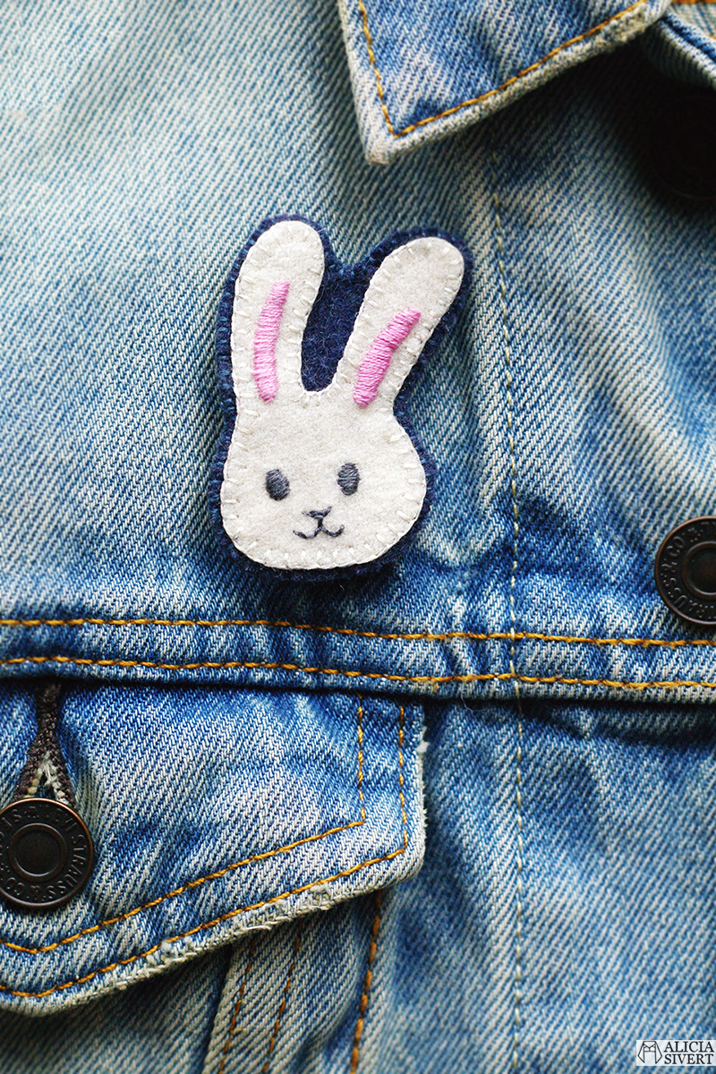 Broderad brosch kanin-emoji av Alicia Sivertsson - www.aliciasivert.se // Mars förra året