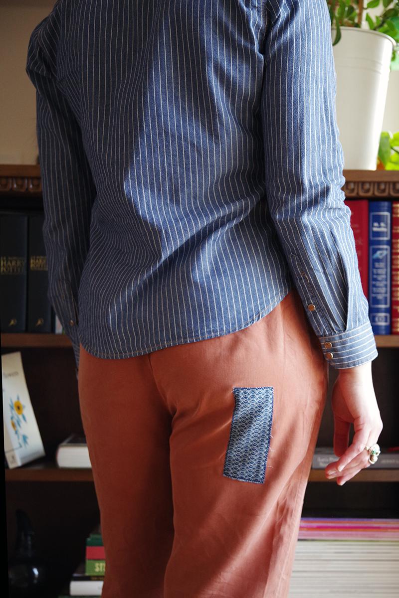Synlig lagning av kläder: Lappa och laga byxor med applikation, av Alicia Sivertsson - www.aliciasivert.se / Hål fläck återbruk fixa byxa byxor