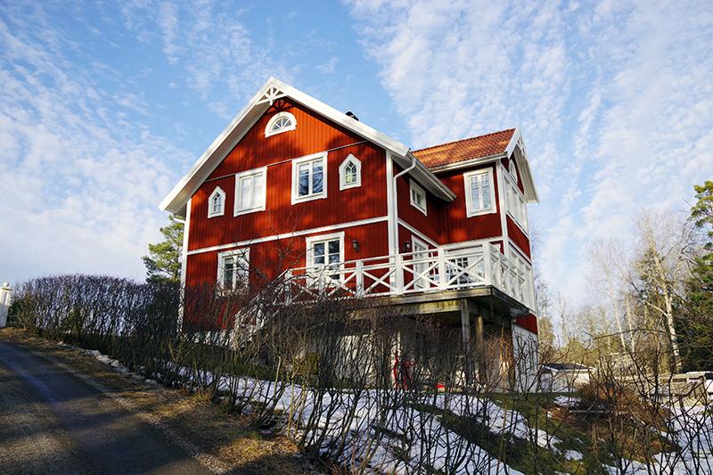 Ösbyrundan, Gustavsberg - www.aliciasivert.se // vårvinter promenad vandring runt Ösby träsk rött hus med vita knutar